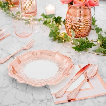 mesa con platos desechables rose gold 23